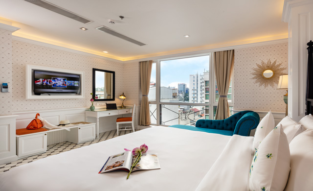 Junior Suite Sofa City View - Free Minibar & Executive Lounge Access